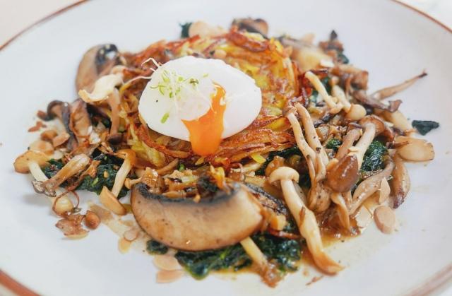 Kartoffelröst mit Pilze, Spinat und pochiertes Ei