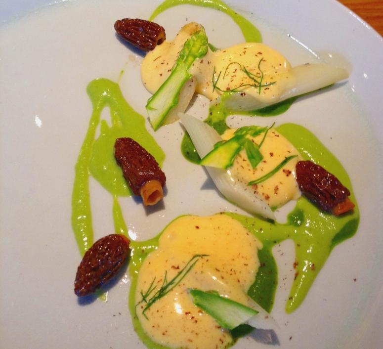 Spargel und Morcheln an Zitronenmelisse, Brunnenkresse und Hollandaise