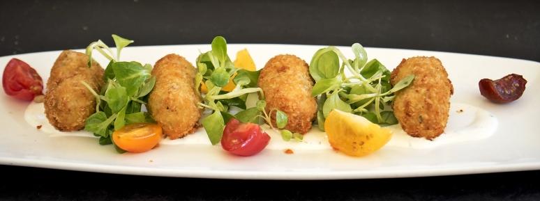 Mozzarella-Beignets mit Salat