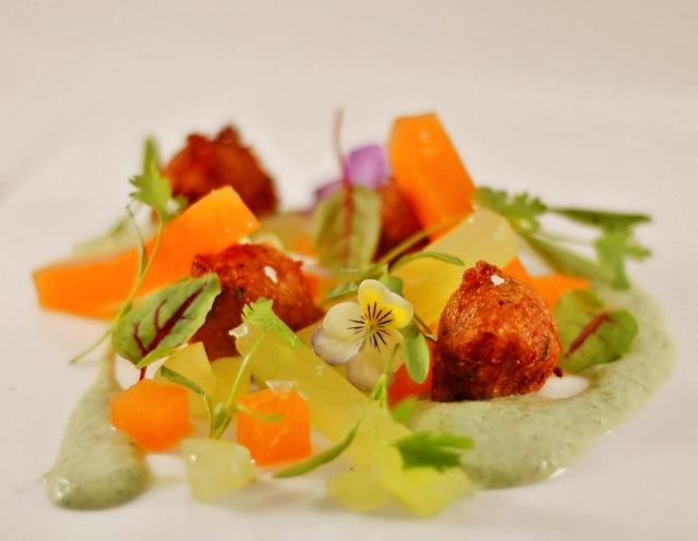 Soja-Beignets mit Gemüse und Kräutersauce