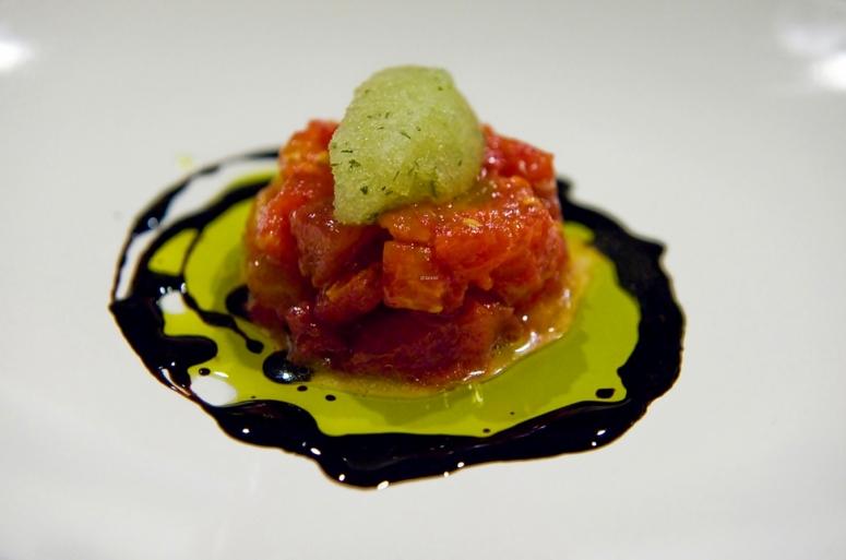 Tomatentartar mit Basilikumsorbet an Olivenöl und Balsamico