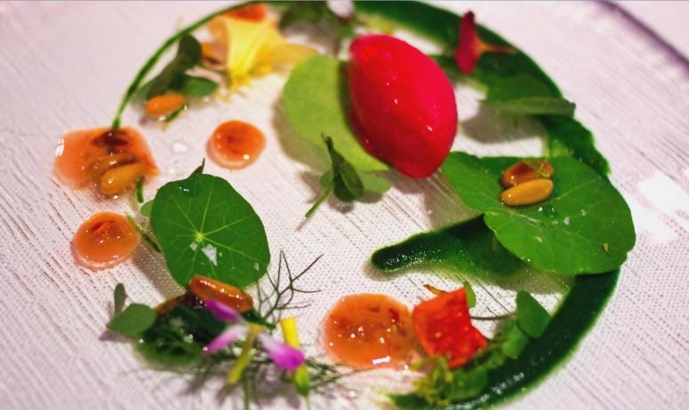 Wildkräuter-Salat und Himbeersorbet