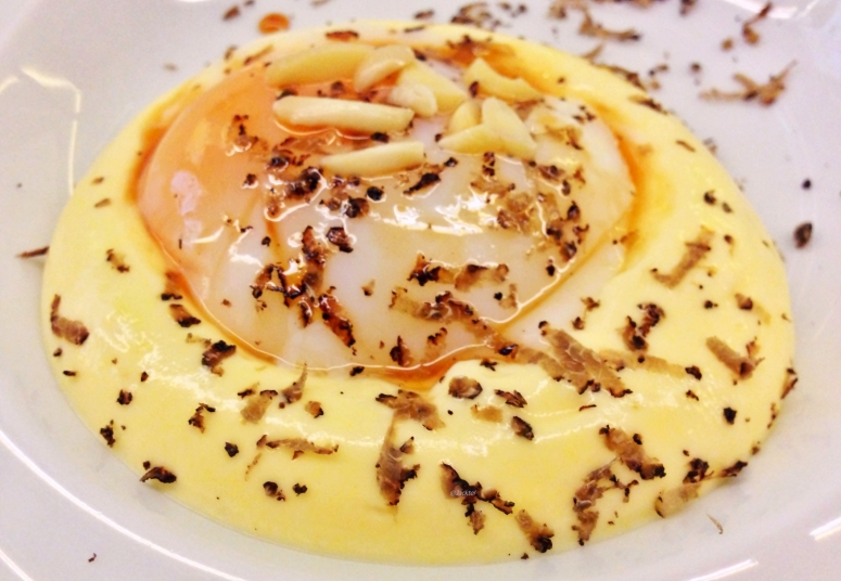 Kartoffelcreme, Onsen-Ei, Trüffel und Mandeln