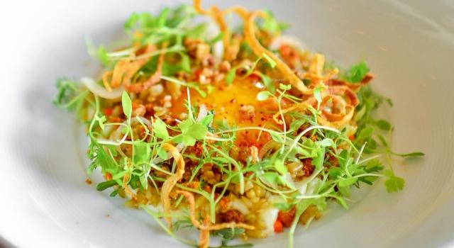 Onsen-Ei mit Weizengrütze, Kräuter und Sellerie