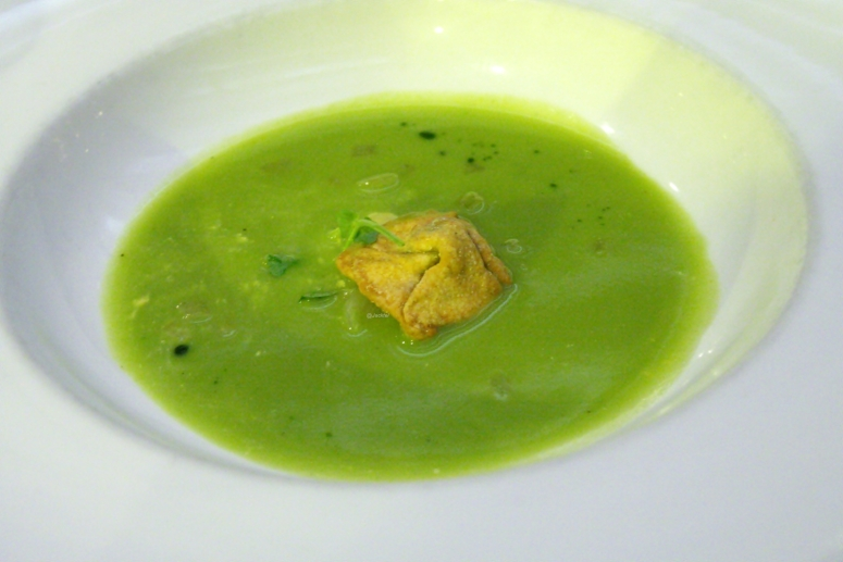 brokkolisuppe-mit-trueffel-raviolo